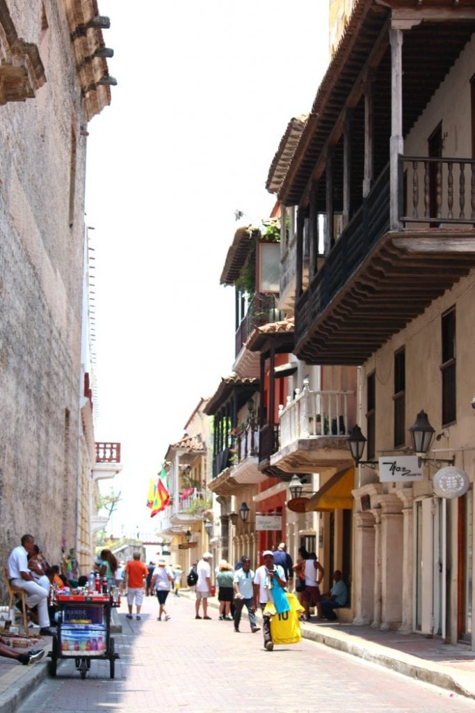 is it safe to walk around in cartagena colombia