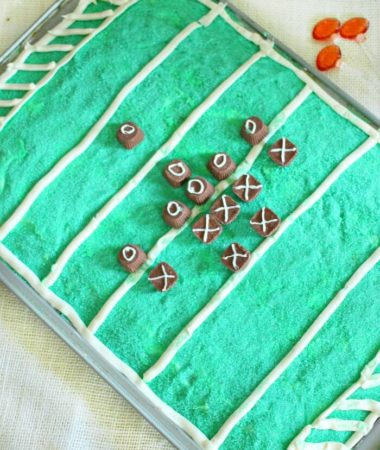 PLAYERS ON FOOTBALL FIELD CAKE