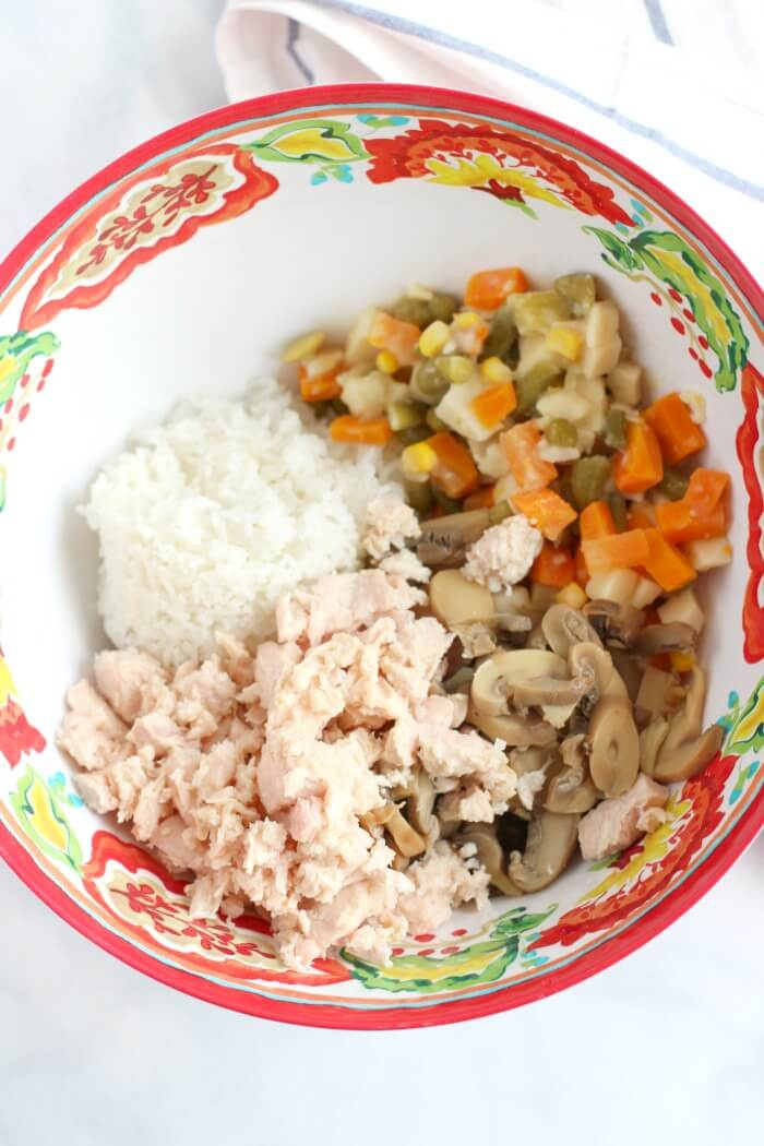 CHICKEN RICE VEGETABLES MUSHROOMS IN BOWL FOR CHICKEN RICE CASSEROLE